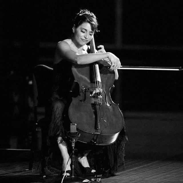 Българка свири на наградите Еми