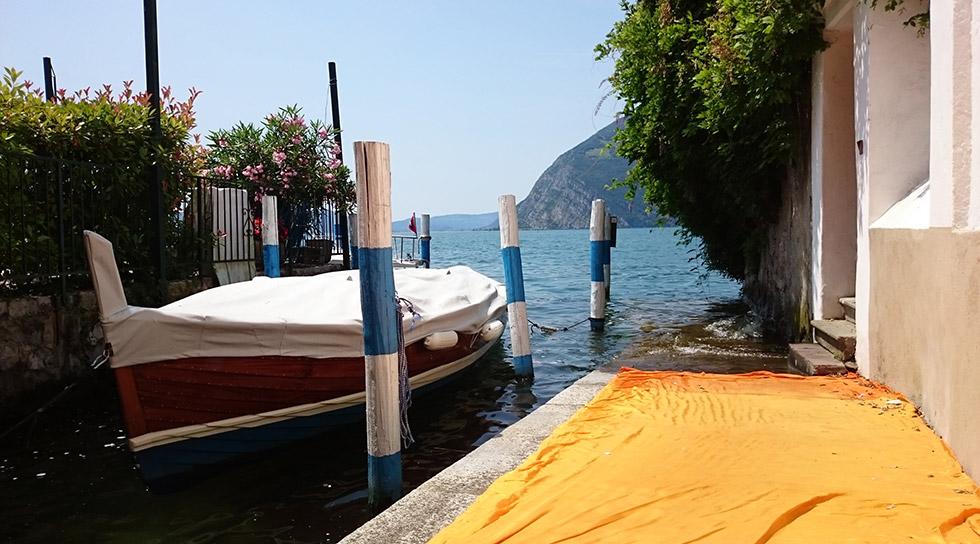 Лодка край езеро в Италия
