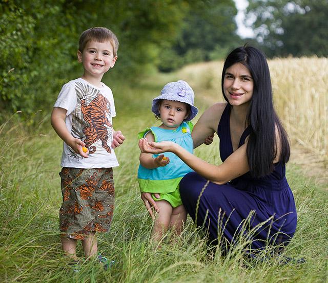 Семейна снимка сред природата