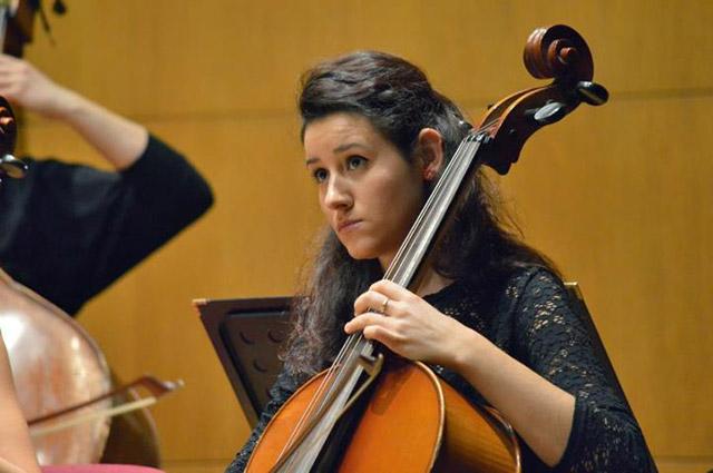 Българска виолончелистка в оркестър