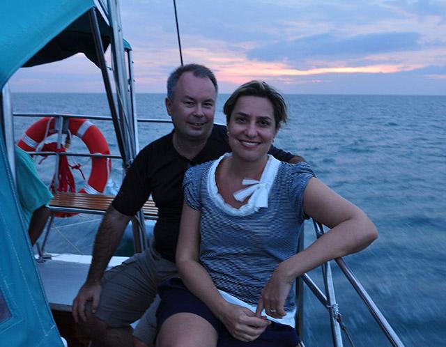 Семейство на лодка в океана