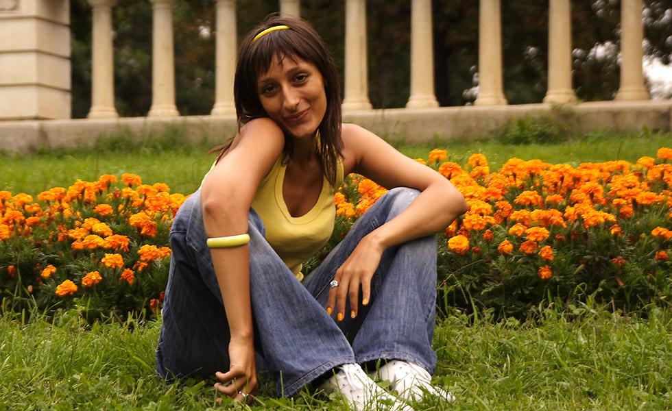 Снимка на момиче сред цветя