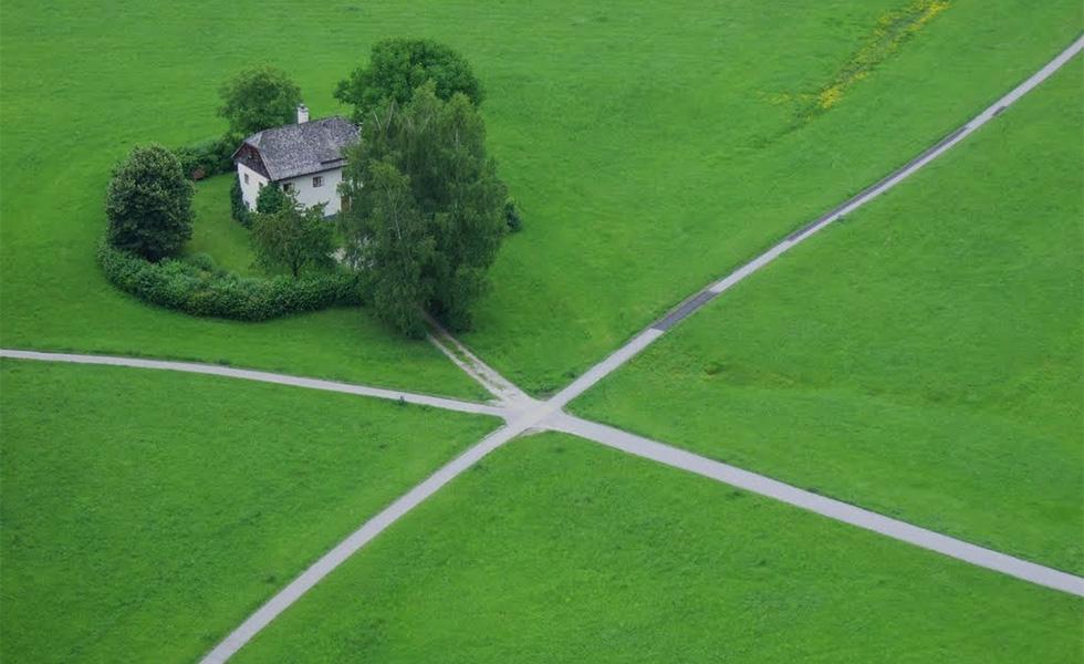 Къща с кръстопът в средата на голяма поляна