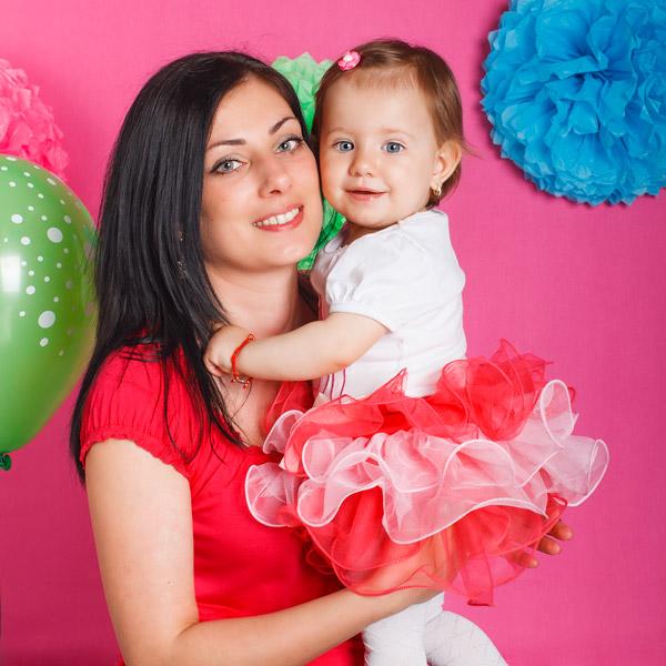 Млада жена с дете
