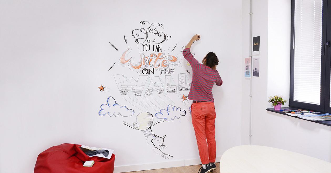 вълшебната боя, която превръща всяка гладка повърхност в място за писане и рисуване