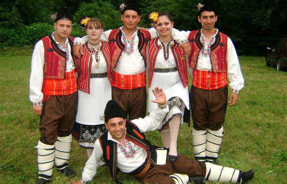 танцьори на български народни танци