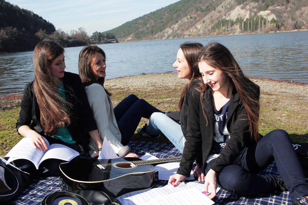 български девойки