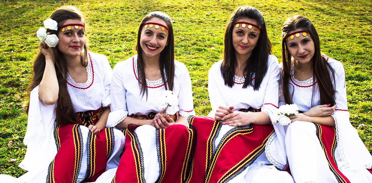 Авторска фолклорна музика, свързана с традициите и ценностите на българите