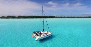 с лодка около света