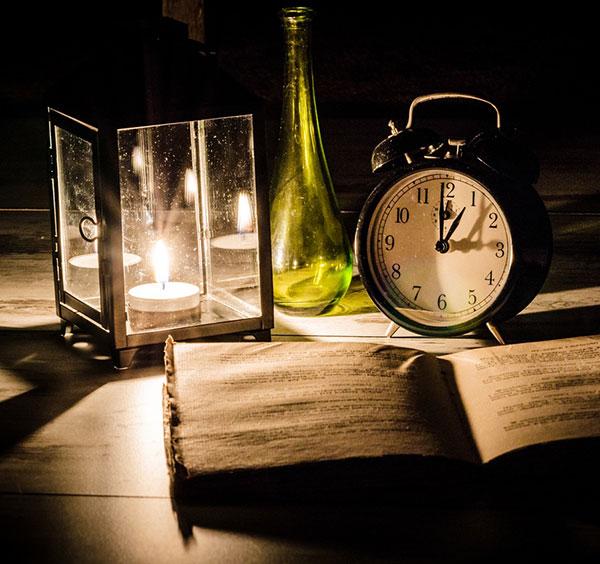 Часовник, книга и свещ