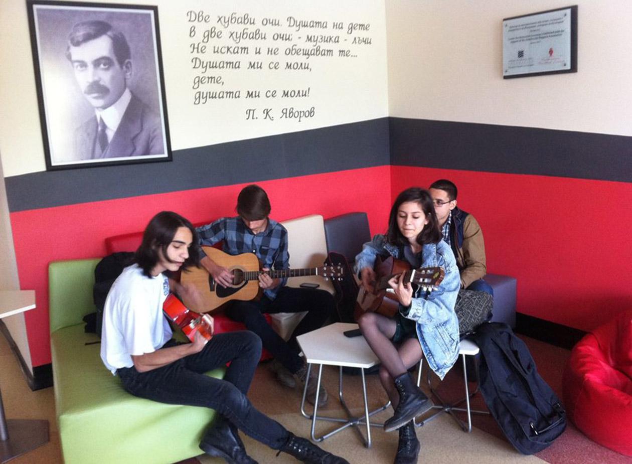 Деца музиканти в училище