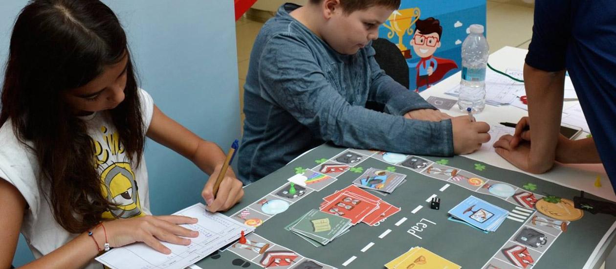 Деца играят на карти