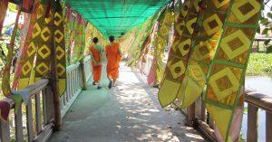 Монаси в манастир в Тайланд