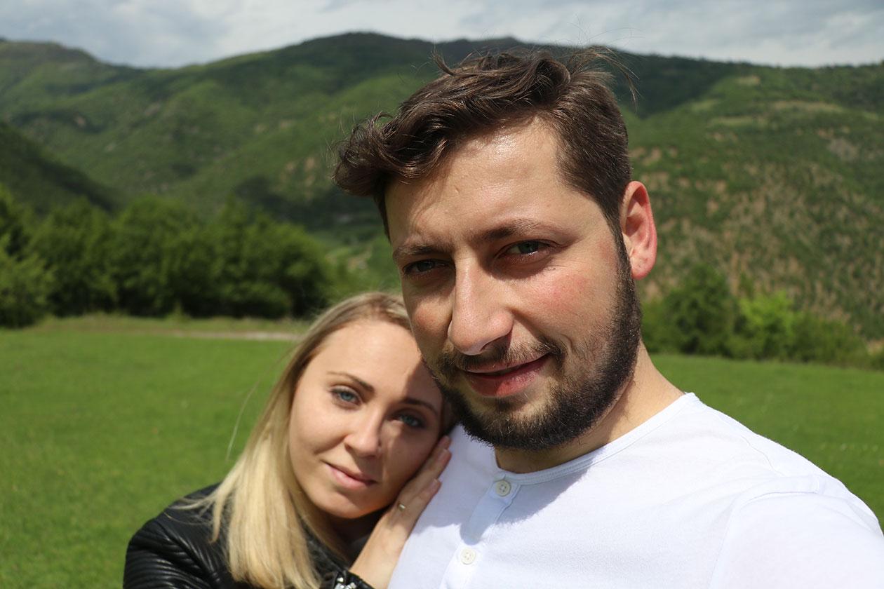 Разходка в планината мъж и жена