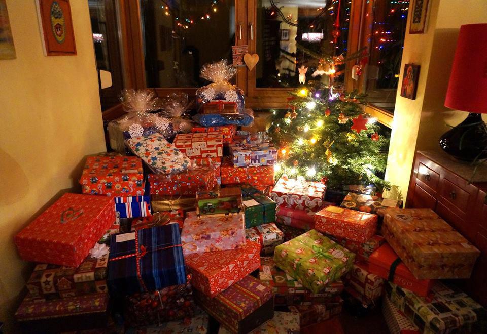 Коледни подаръци под елха