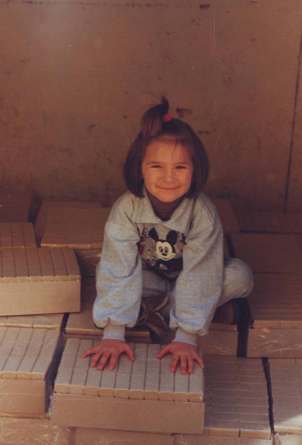 Дете играе на село