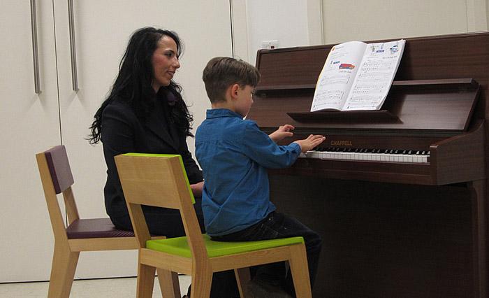 пиано и дете