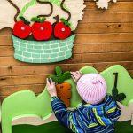 Дете играе на вън