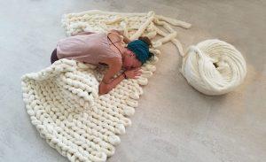 Плетено одеяло на ръце