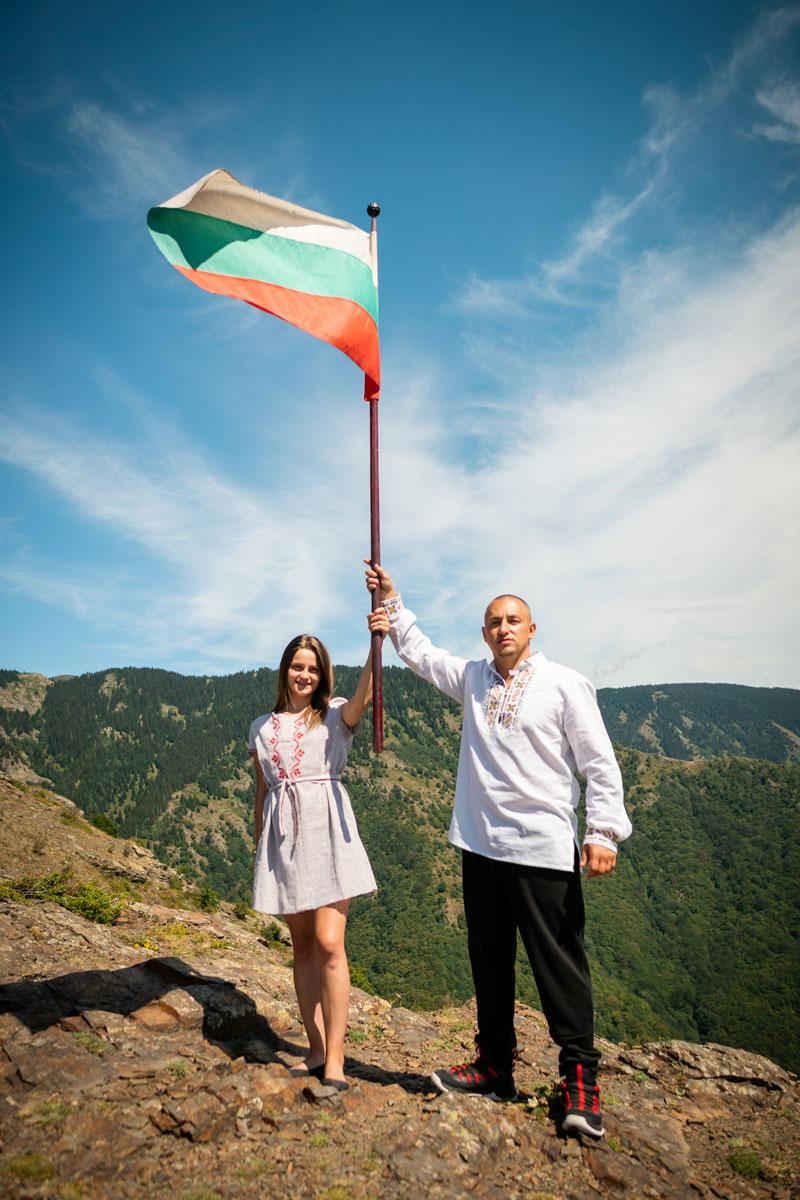 Млади българи под знамето